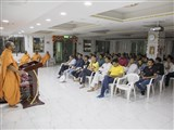 Divyamurti Swami addresses the satsang assembly