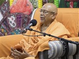 Pujya Tyagvallabh Swami delivers a discourse in the satsang assembly