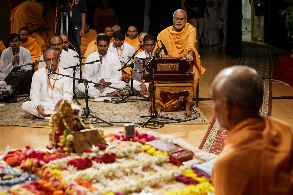 Devotees sing kirtans during Swamishri's puja, 18 July 2017