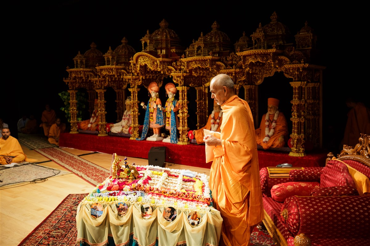 Swamishri engrossed in morning puja, 18 July 2017
