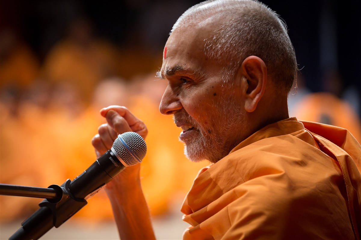 Swamishri addresses the assembly, 19 July 2017