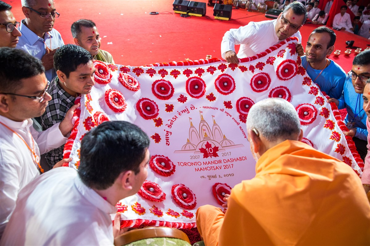 Swamishri is offered a shawl
