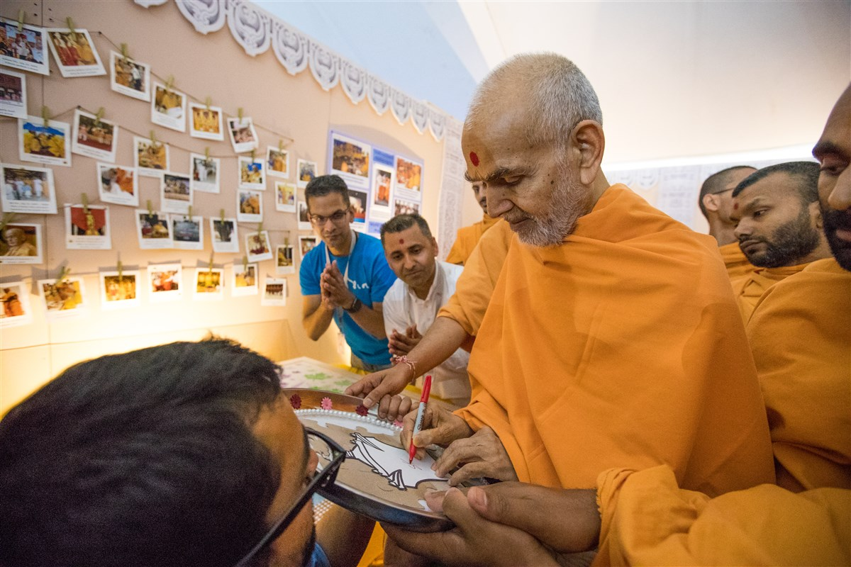 Swamishri visits an exhibition portraying the history of the BAPS Shri Swaminarayan Mandir, Toronto, ON, Canada