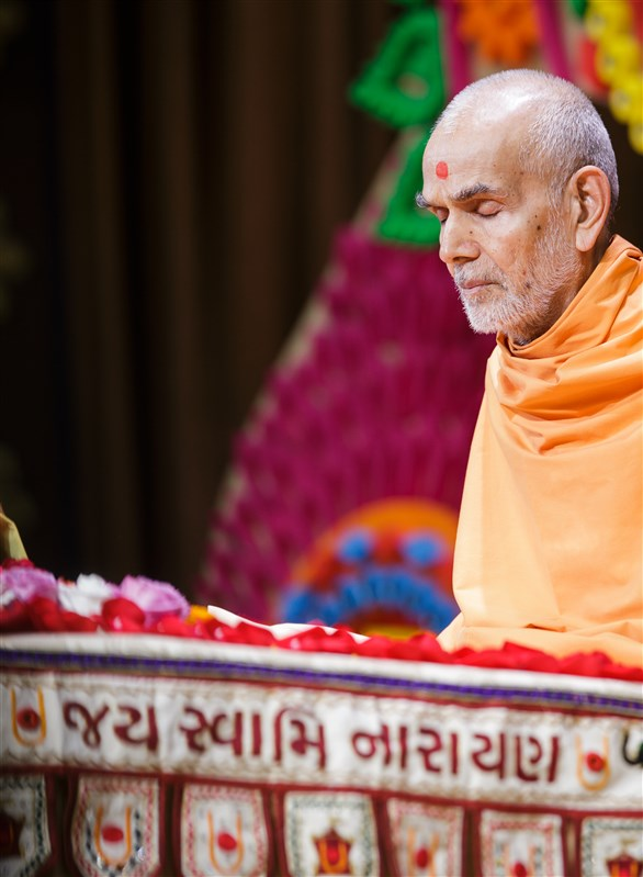 Swamishri meditates during morning puja