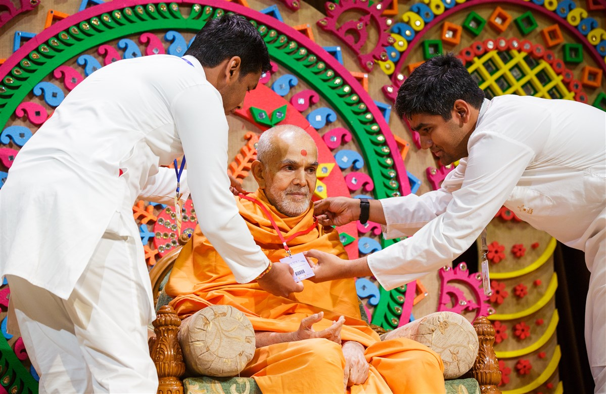 Devotees put an ID Badge on Swamishri