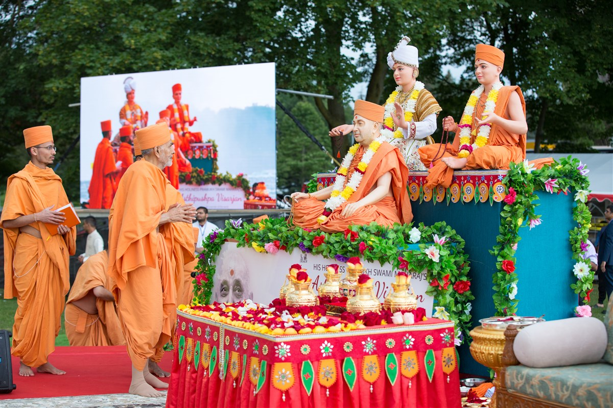 Swamishri arrives at Niagara Falls for the Asthipushpa Visarjan (holy ash dispersion ceremony) of His Holiness Pramukh Swami Maharaj