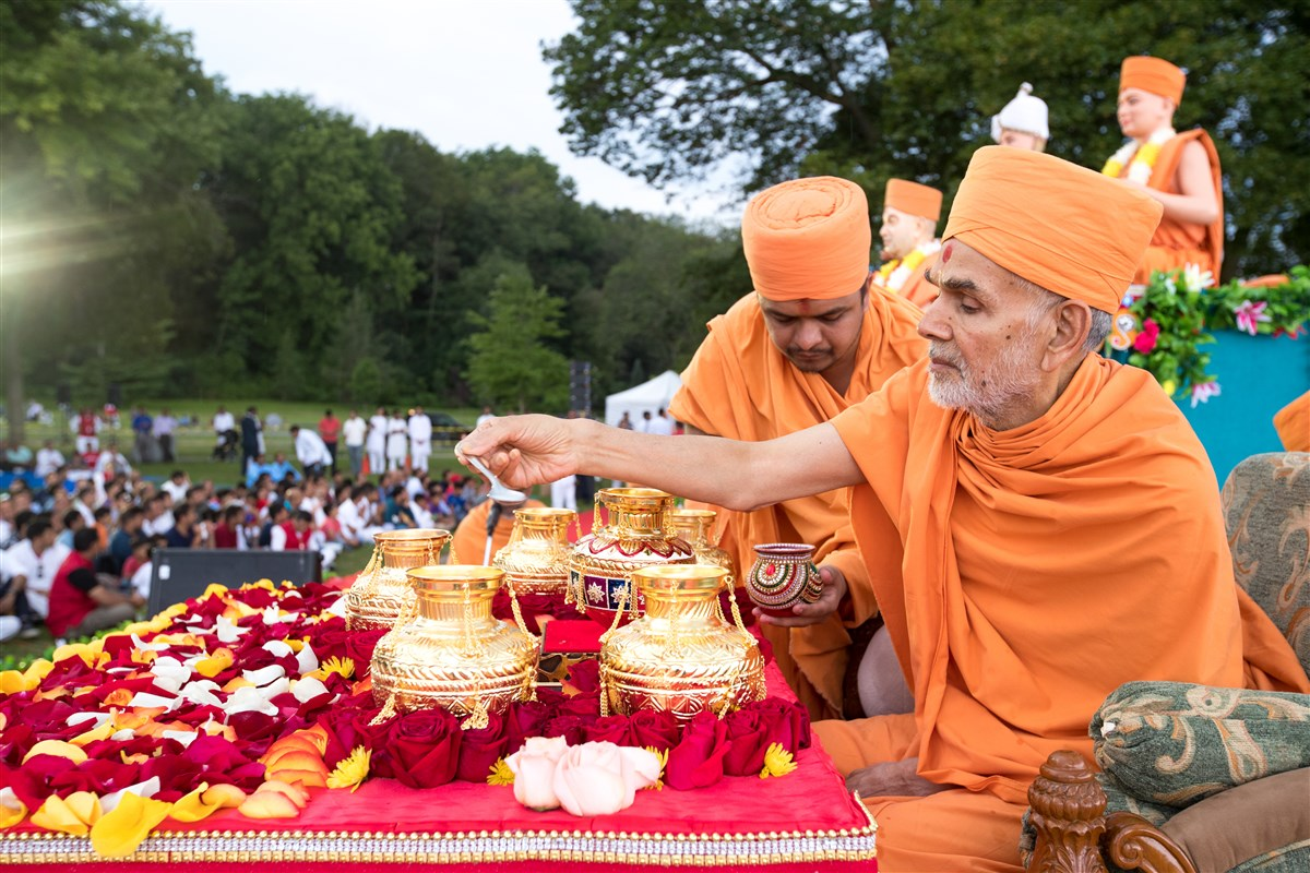 Swamishri performs the final rituals before the Asthipushpa Visarjan of His Holiness Pramukh Swami Maharaj at Niagara Falls, Canada