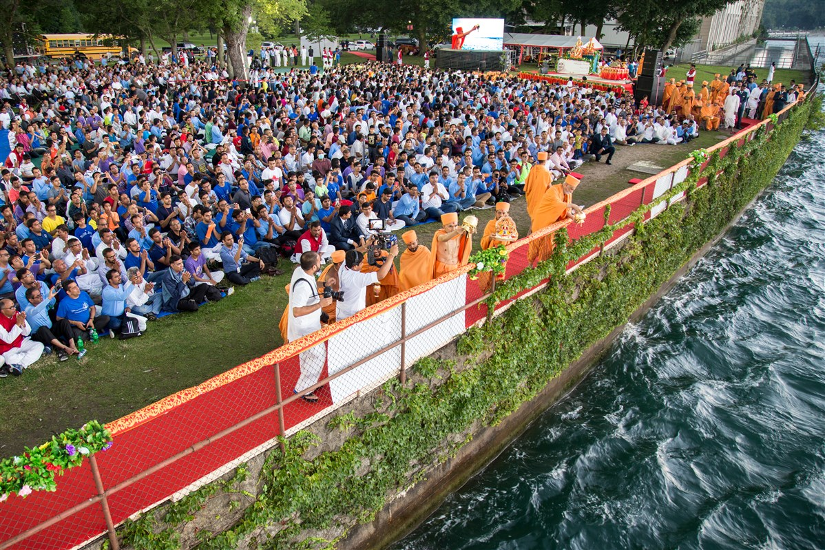 Swamishri performs the Asthipushpa Visarjan of His Holiness Pramukh Swami Maharaj at Niagara Falls, Canada
