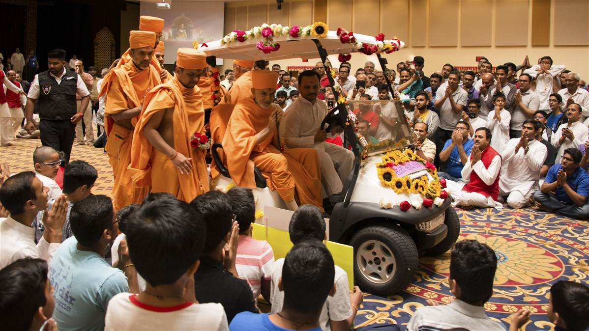 Swamishri folds his hands to the devotees