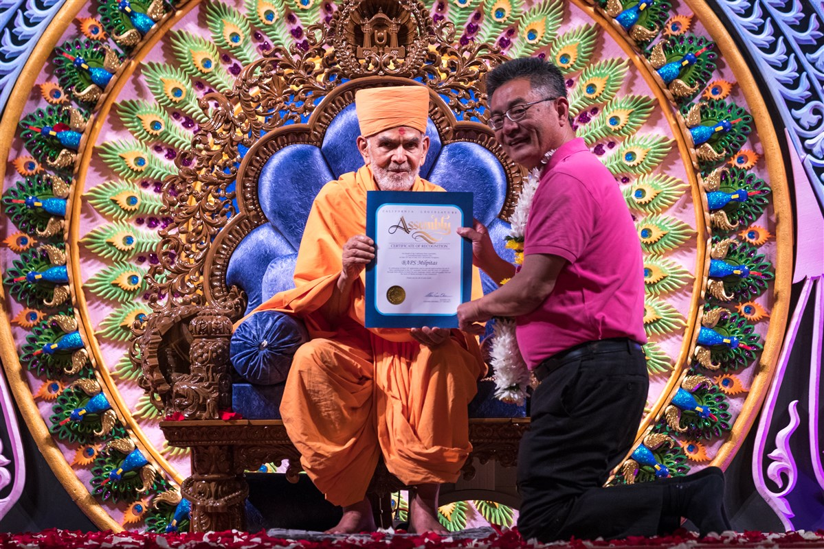 California State Assembly member Kansen Chu presents Swamishri with a proclamation