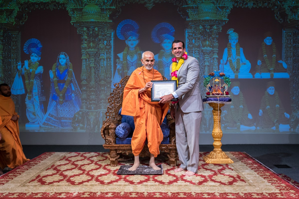 Sam Liccardo, Mayor of the City of San Jose, presents Swamishri a proclamation