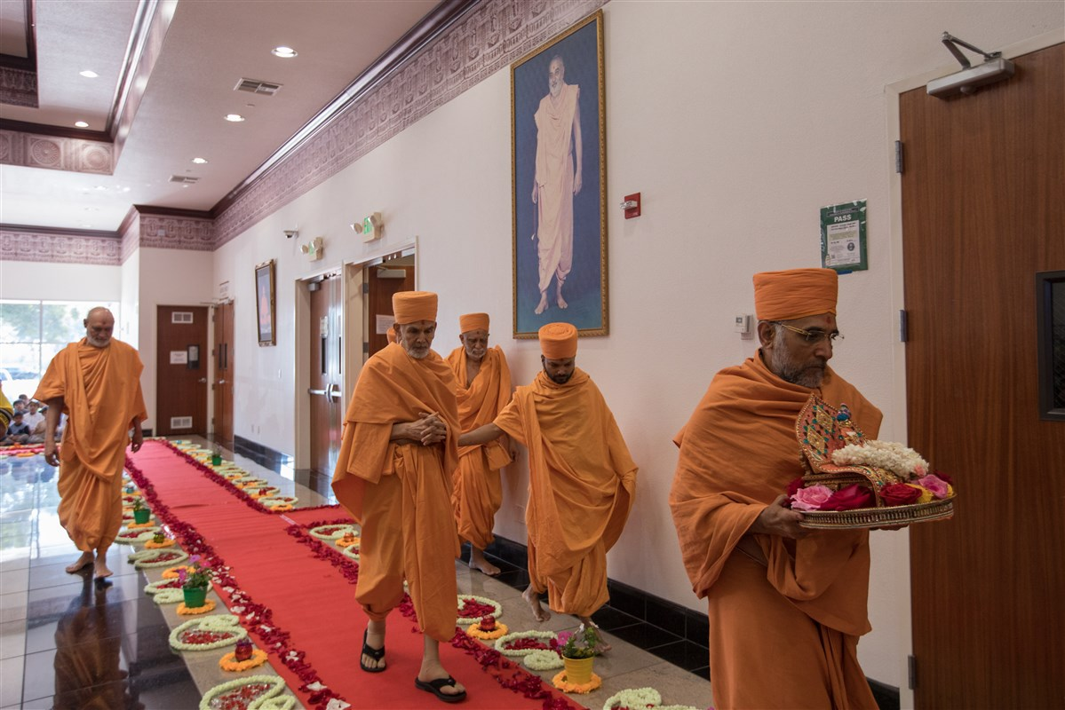 Swamishri arrives for Mandir Darshan before he departs for Los Angeles