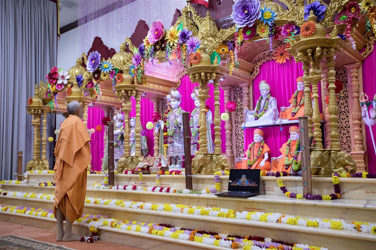 Swamishri engrossed in the darshan of the murtis
