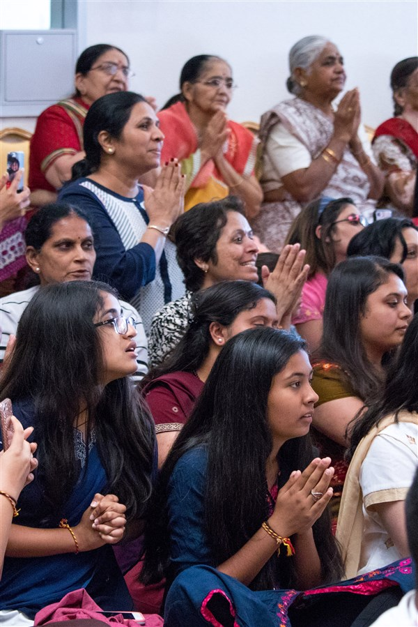 Devotees engrossed in Swamishri's darshan
