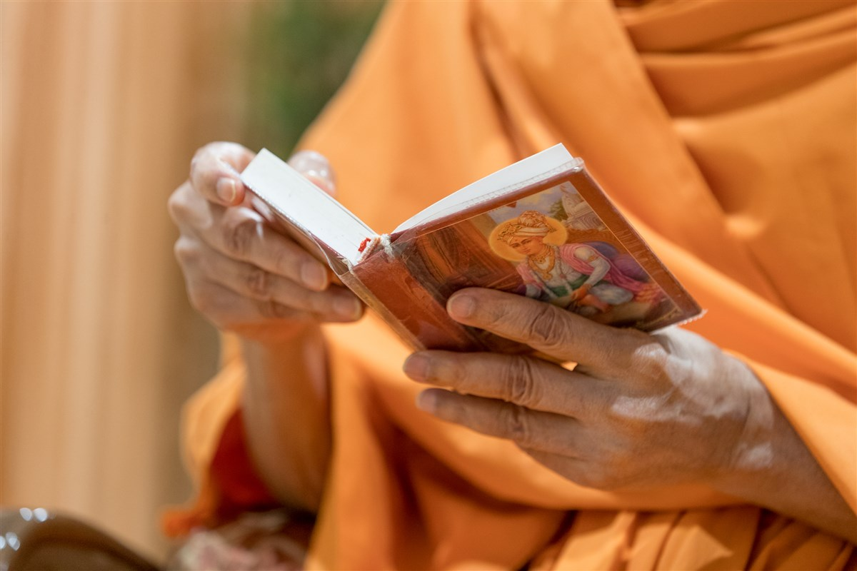 Swamishri reads the Shikshapatri to conclude morning puja