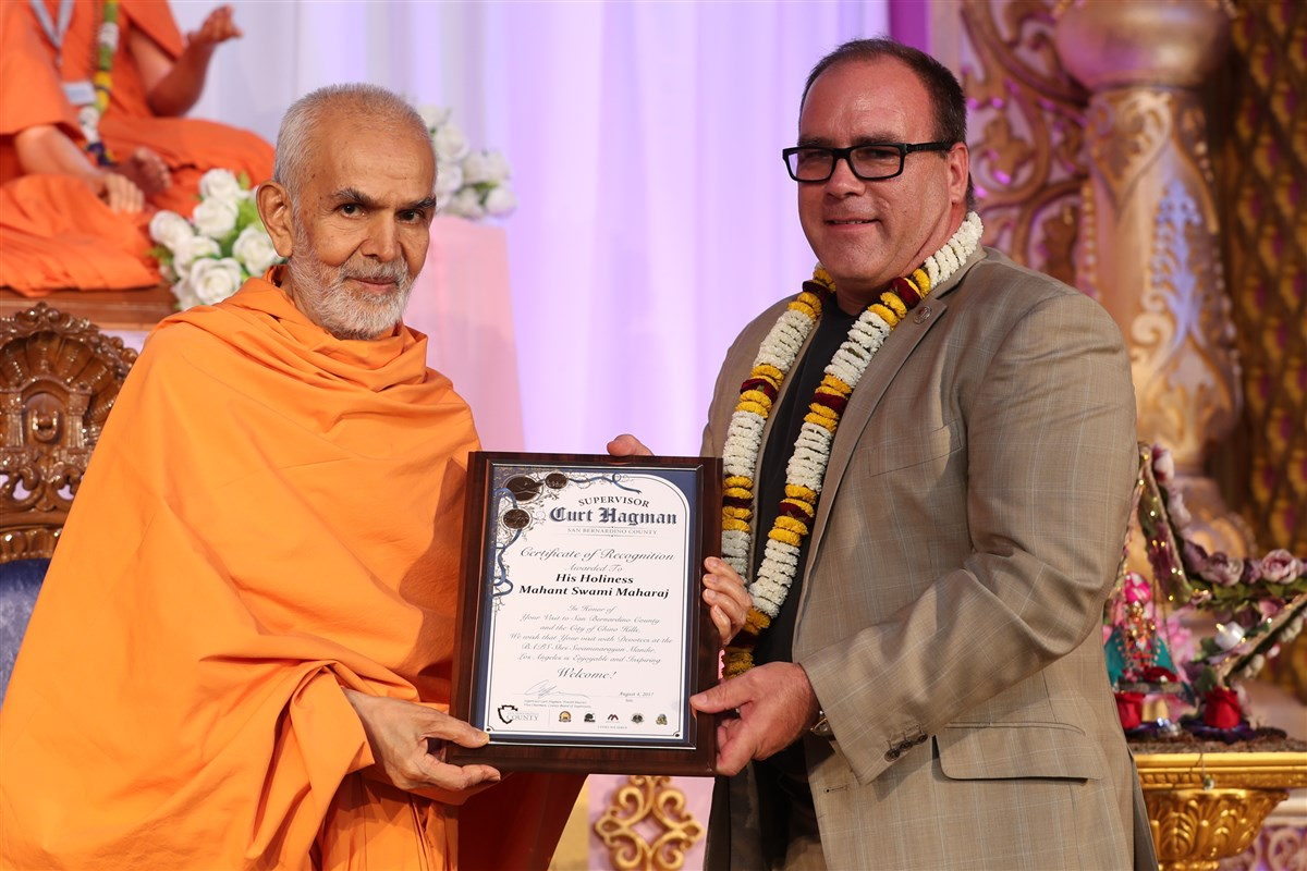 Former Mayor of the City of Chino Hills, Curt Hagman, presents Swamishri with a Certificate of Recognition