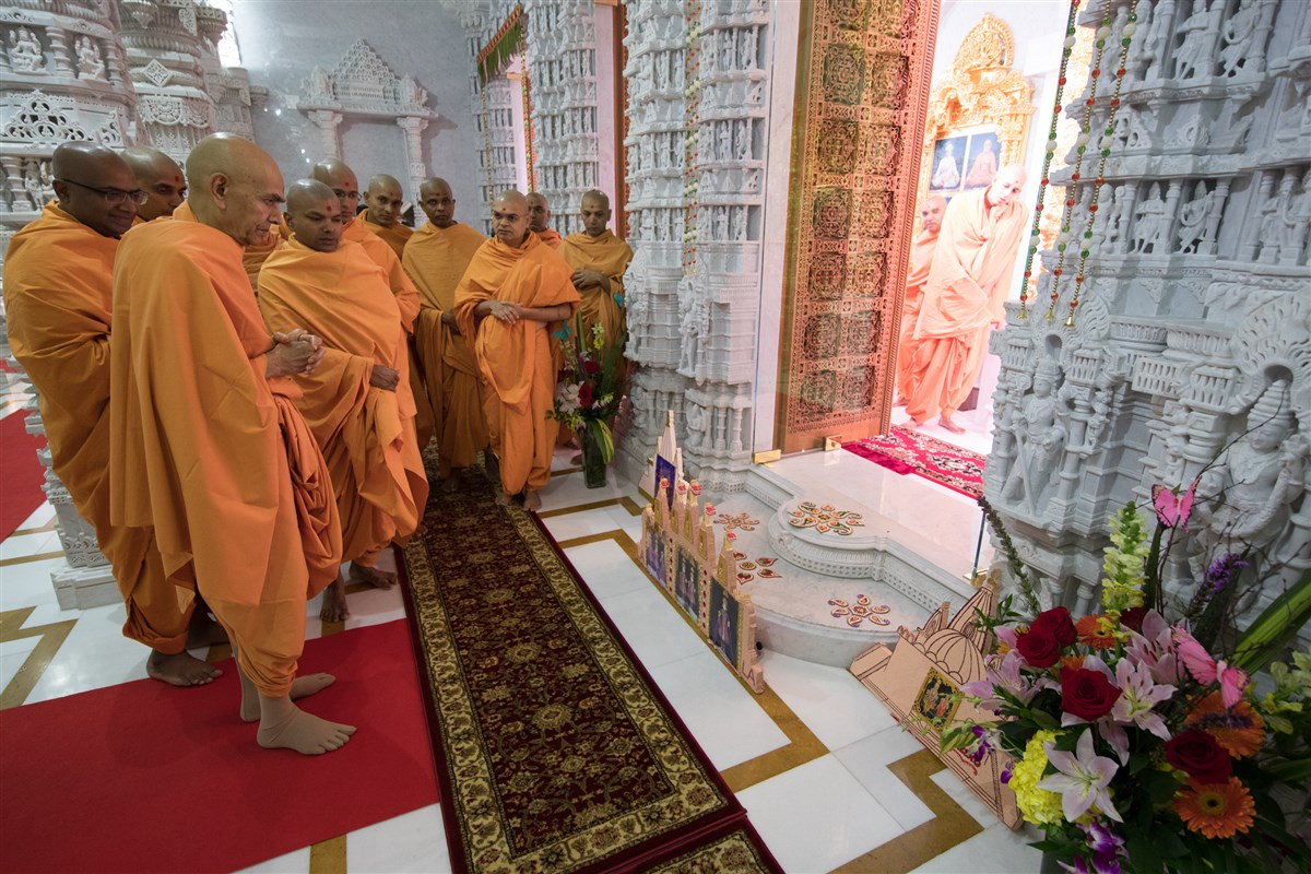 Swamishri appreciates a thematic decoration