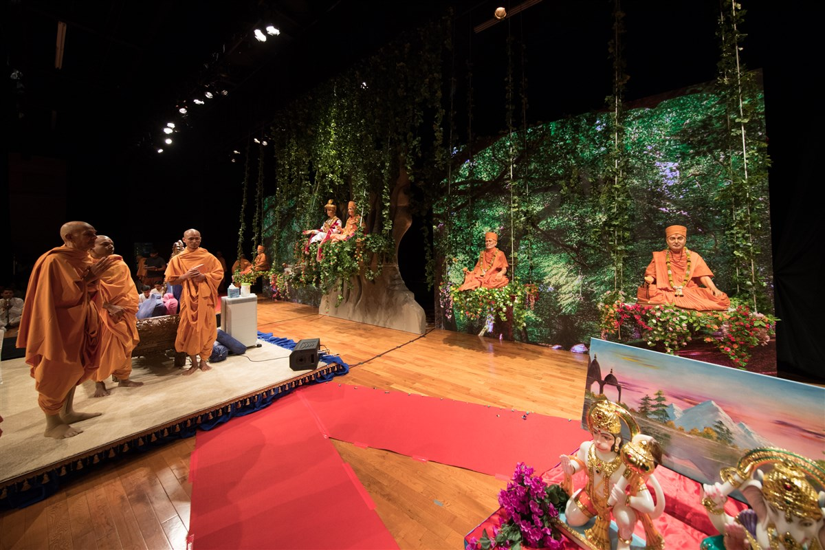 Swamishri engrossed in the darshan of Brahmaswarup Pramukh Swami Maharaj