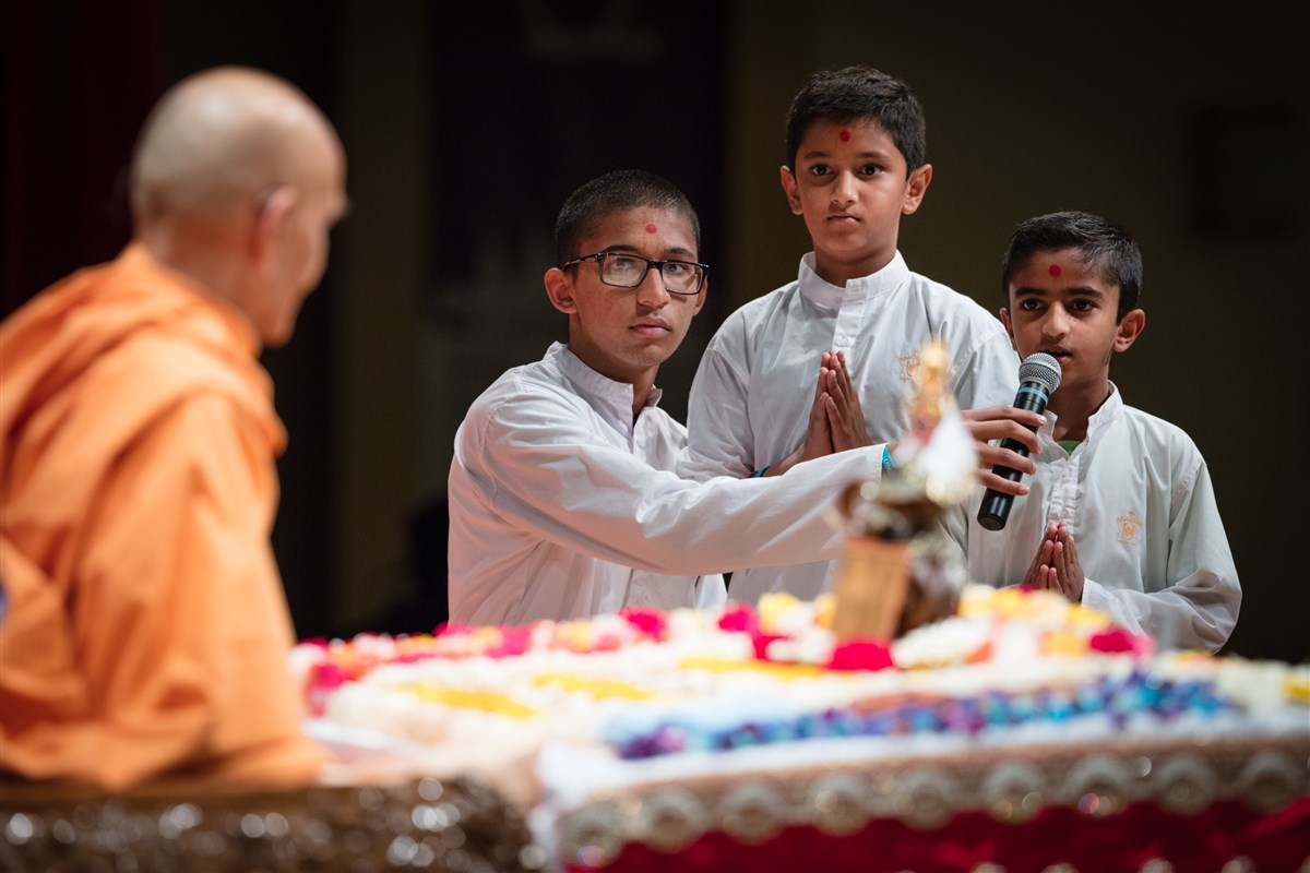 Children recite shlokas during Swamishri's puja