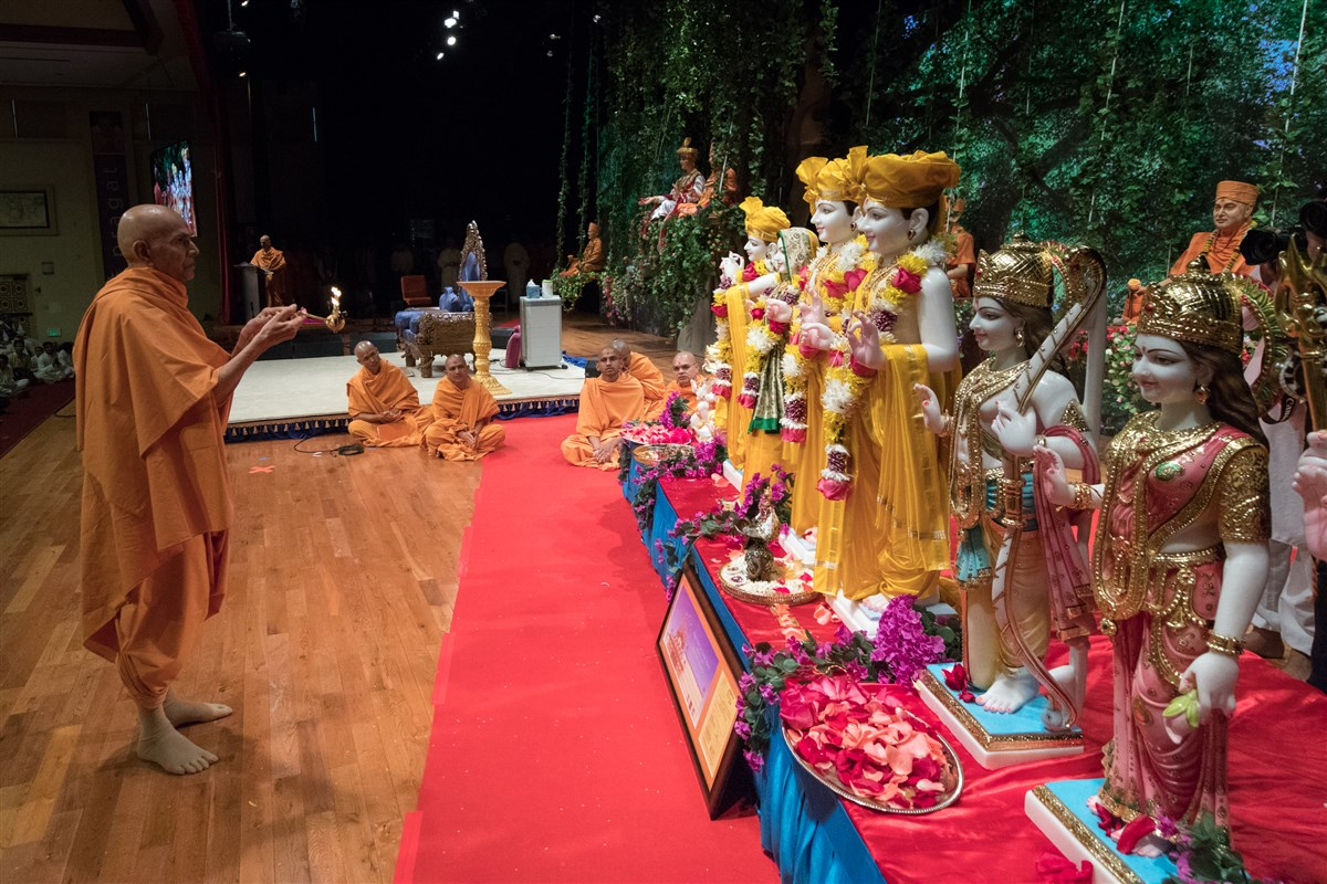 Swamishri performs arti of murtis to be consecrated at BAPS Shri Swaminarayan Mandir, Fresno, California