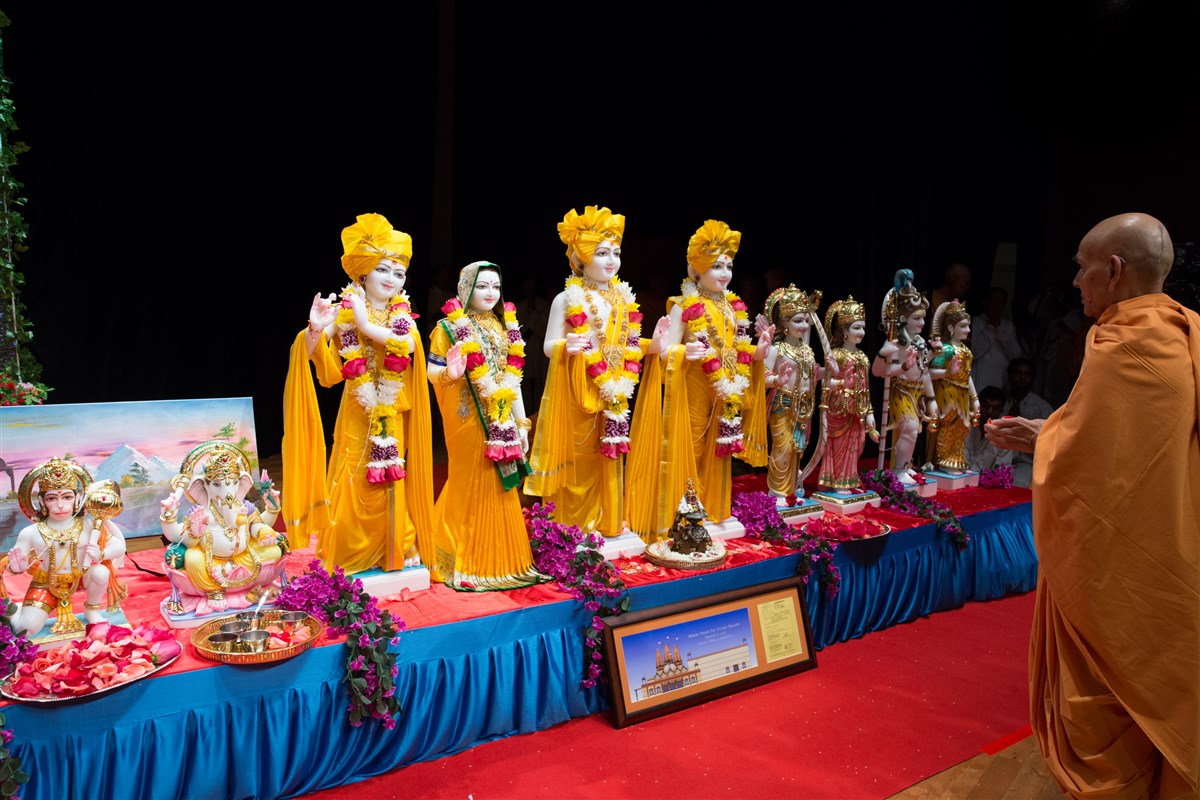 Swamishri performs murti-pratishtha rituals for murtis to be consecrated at BAPS Shri Swaminarayan Mandir, Fresno, California