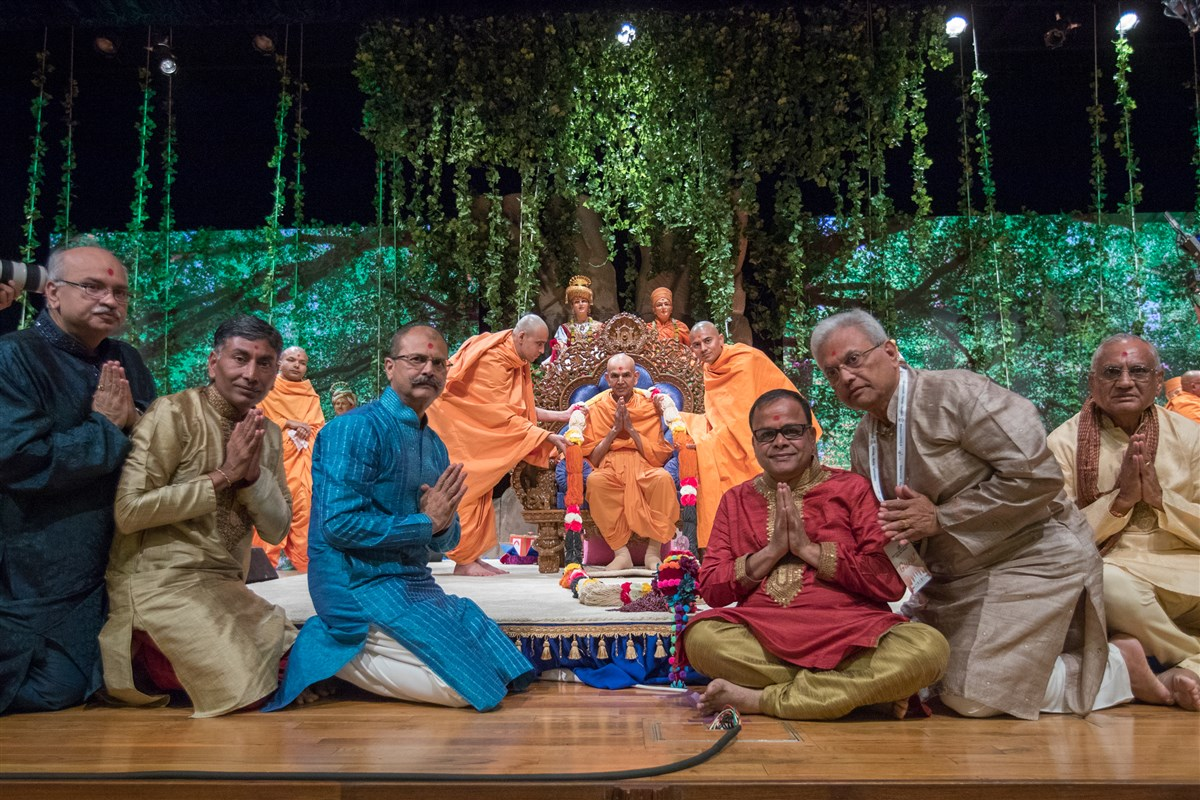Devotees and Swamis from Houston and Dallas garland Swamishri