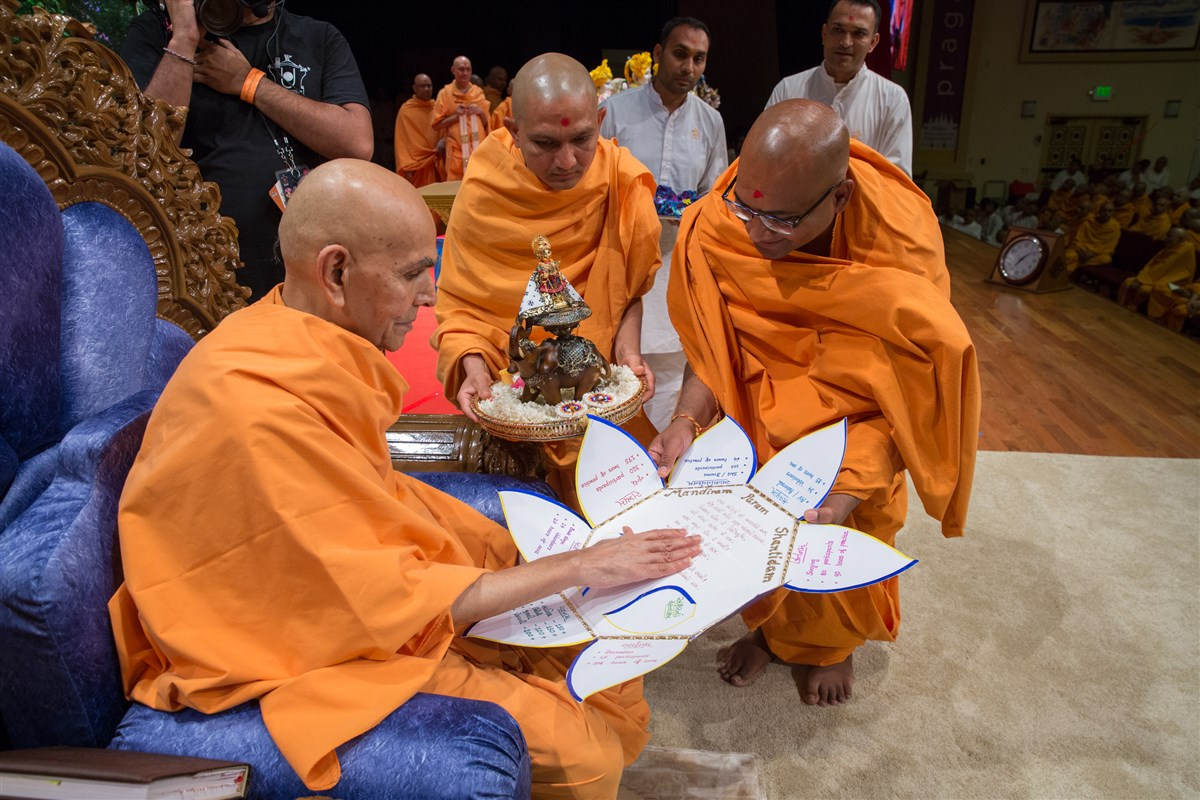 Swamishri reads an invitation for Harikrishna Maharaj to attend Mahila Din