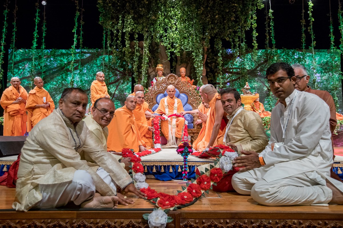 Devotees from the BAPS Shri Swaminarayan Mandir, Fresno, California garland Swamishri