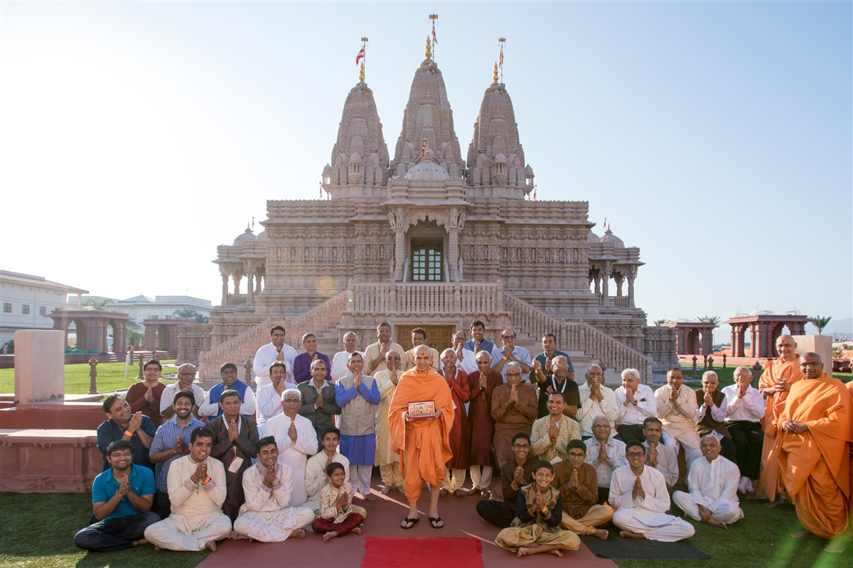 Group photo with devotees from the BAPS Shri Swaminarayan Mandir, Fresno, CA, USA