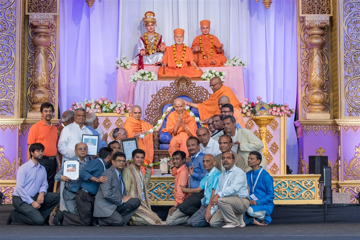 Swamishri is garlanded by heads of 20 different organizations in unity