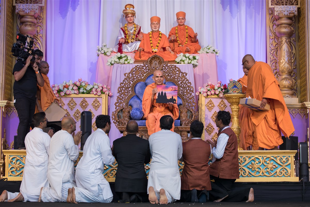 Swamishri inaugurates a book about the BAPS Shri Swaminarayan Mandir, Los Angeles, CA, USA