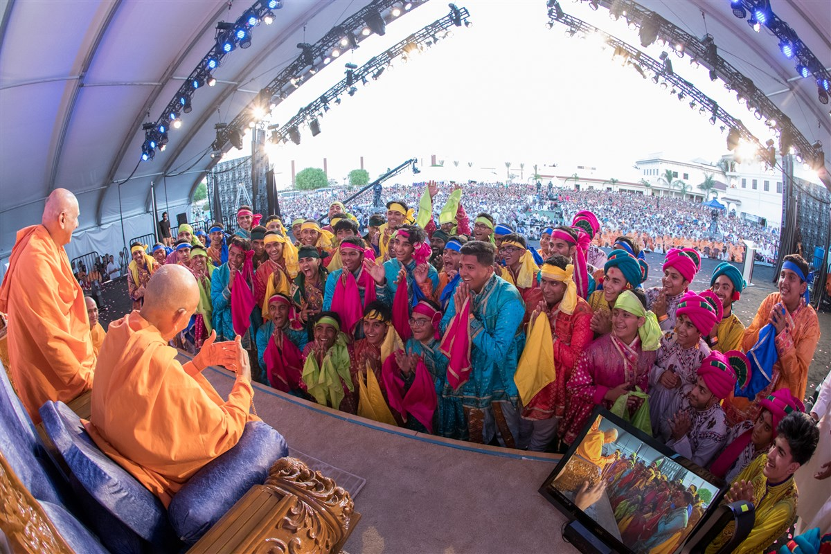 Swamishri blesses the dance participants