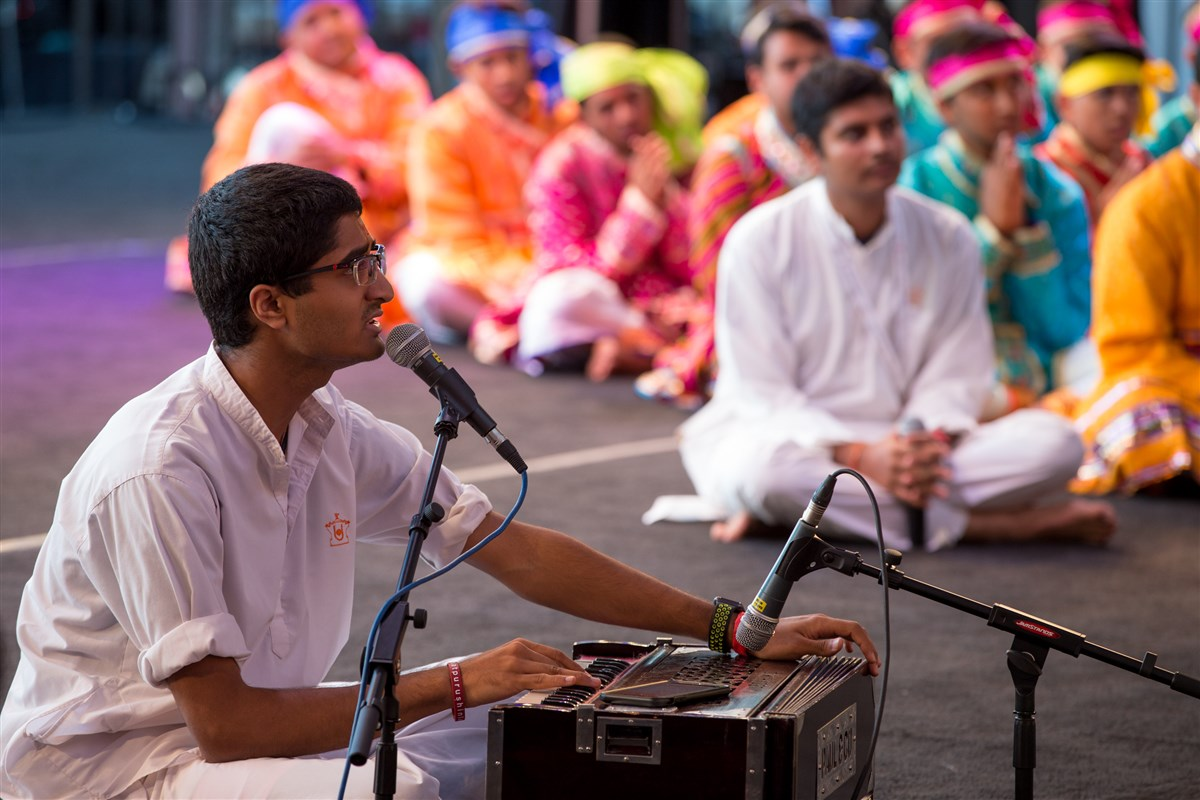 A youth sings kirtans before Swamishri