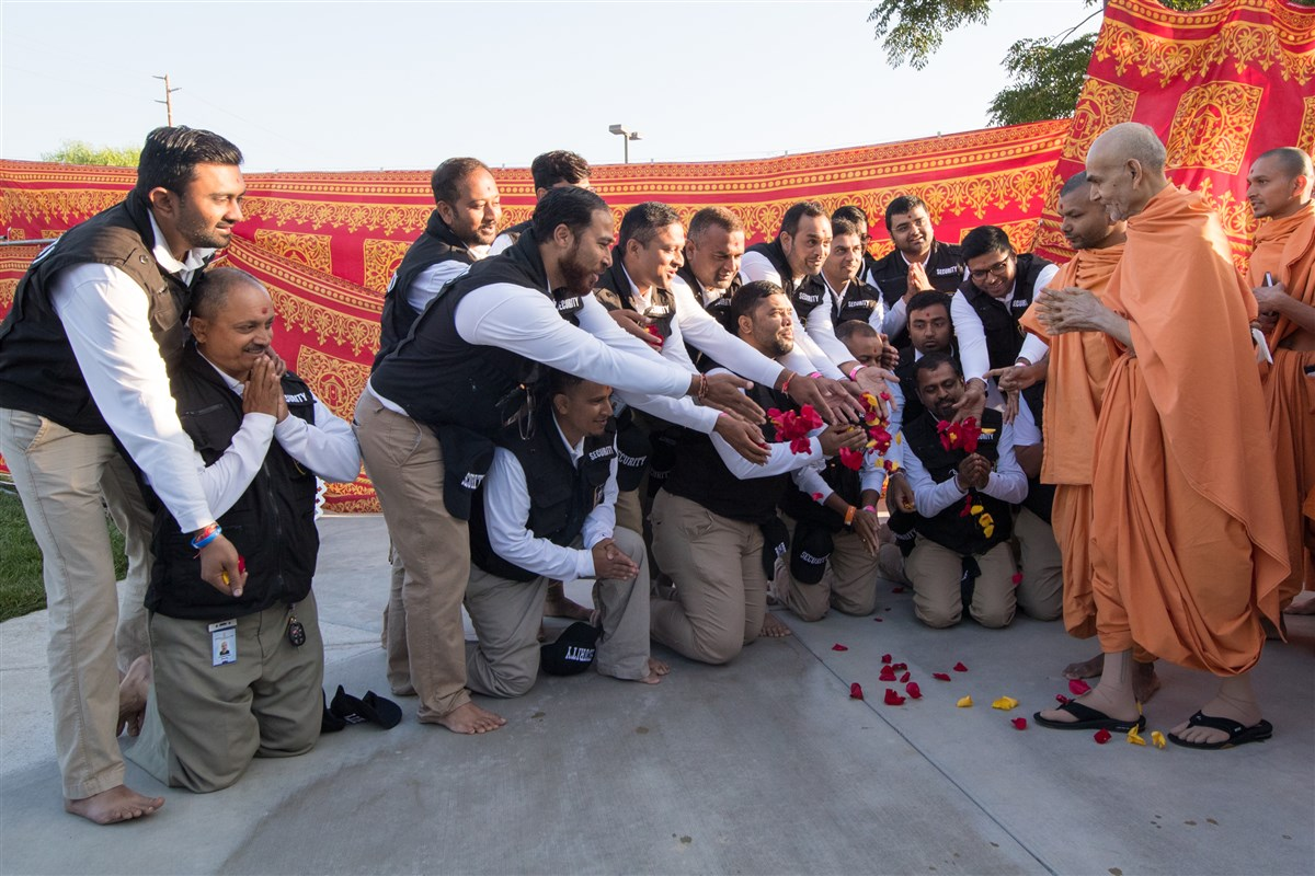Devotees shower Swamishri with flowers