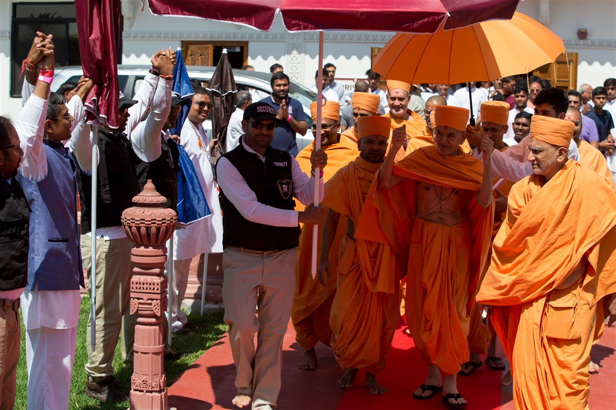 Swamishri and devotees join hands to symbolize unity