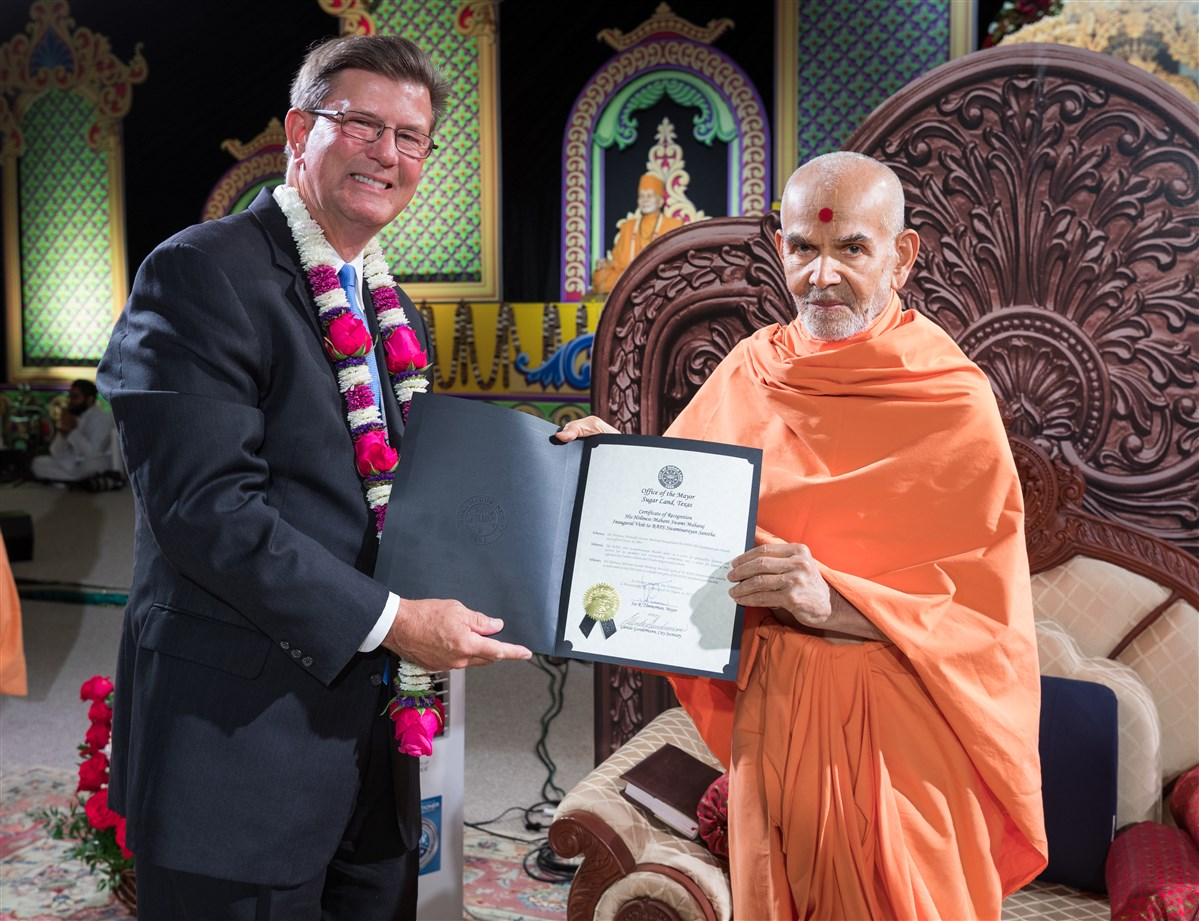 Joe Zimmerman, Mayor of the City of Sugar Land, presents Swamishri with a proclamation