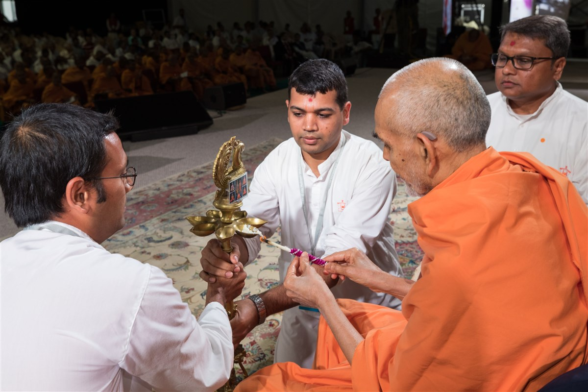 Swamishri performs deep pragatya to inaugurate the Satsang Shibir