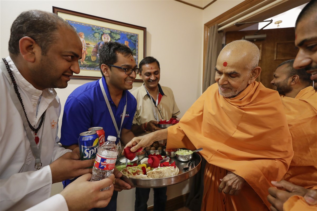 Swamishri sanctifies food that was served to devotees