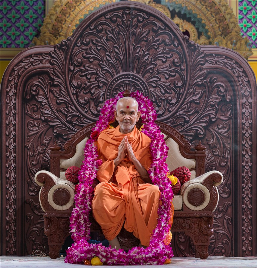Swamishri is offered a garland