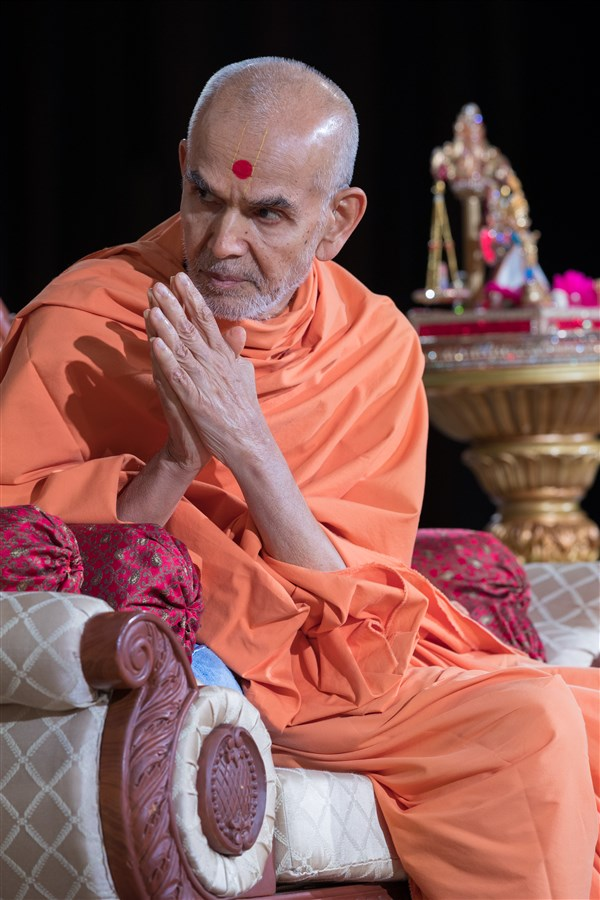 Swamishri greets the devotees in the audience with folded hands