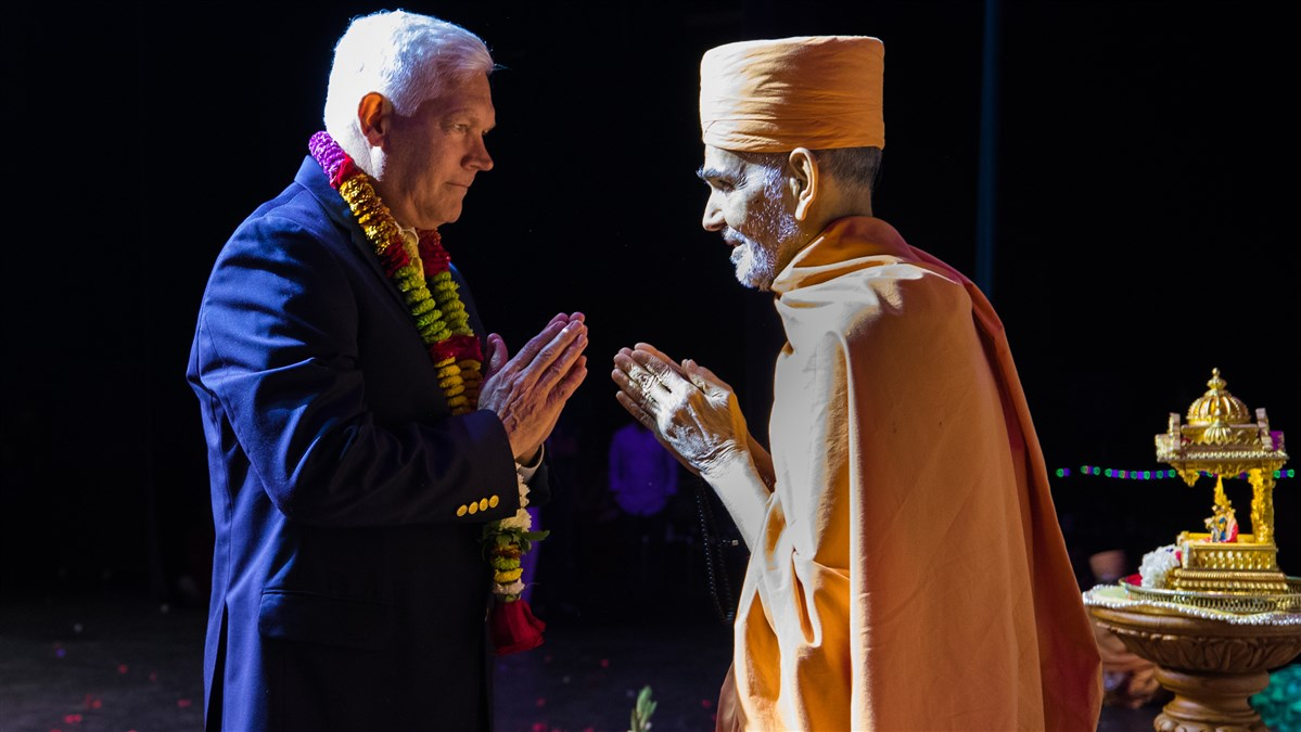 Swamishri greets U.S. Congressman Pete Sessions with folded hands