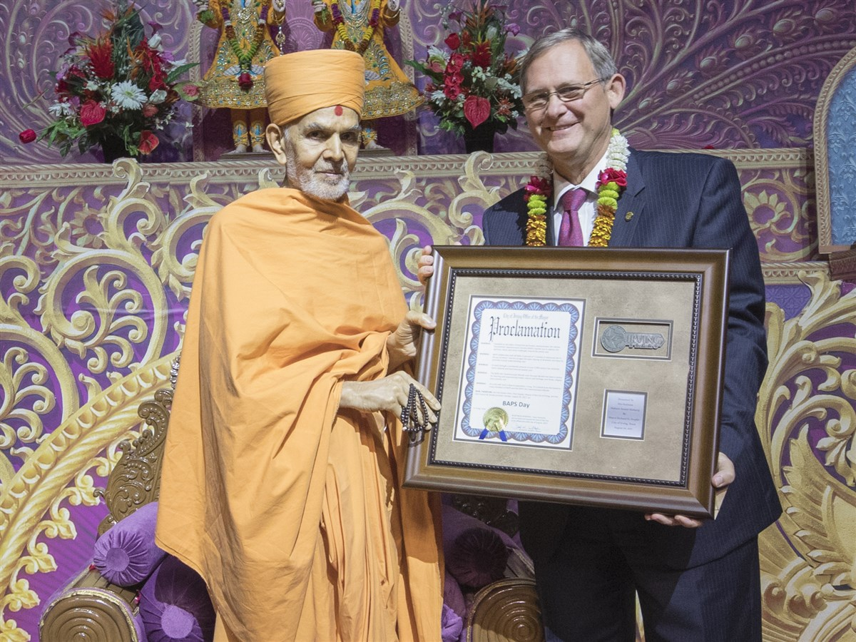 Mayor of Irving, Rick Stopfer, presents the key to the City of Irving to Swamishri