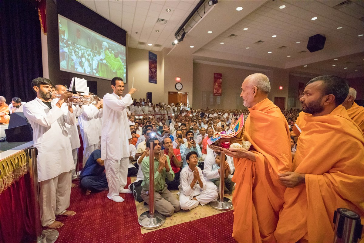 The Akshar Dhwani Band from Dallas, TX welcomes Swamishri to the evening assembly