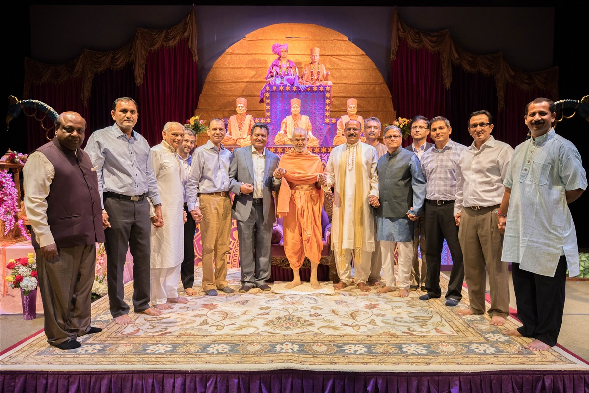 Swamishri joins hands with local dignitaries to symbolize unity