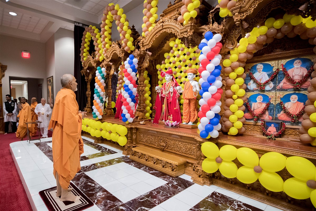 Param Pujya Mahant Swami Maharaj engrossed in darshan of Thakorji, 23 August 2017