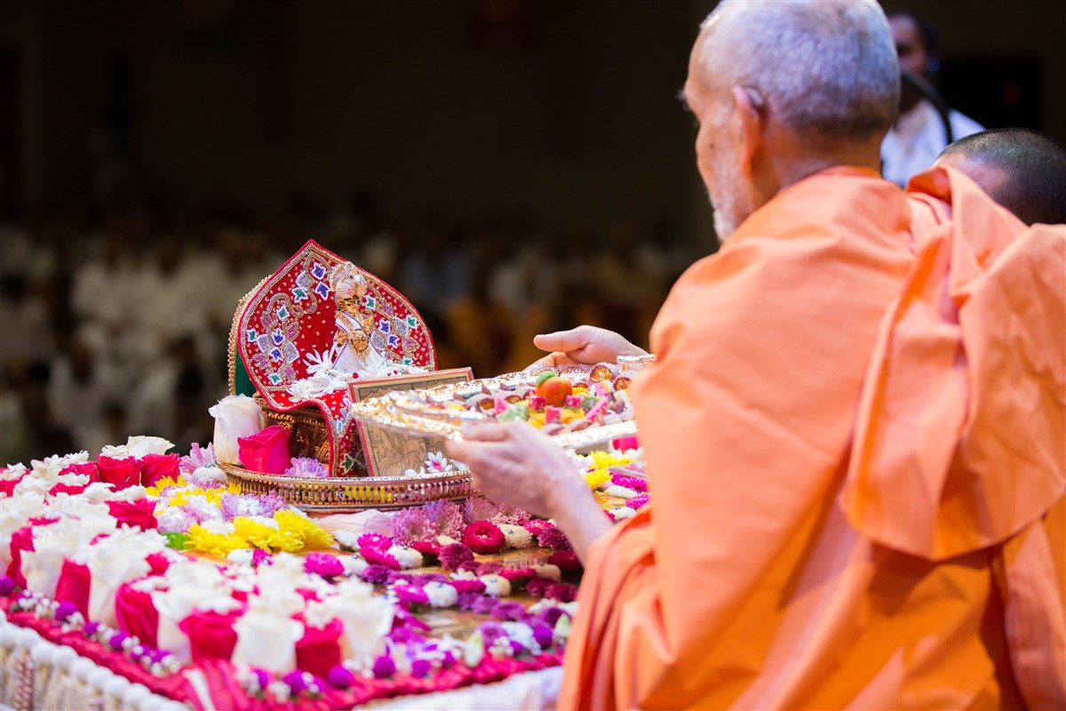 Swamishri offers thal to Shri Harikrishna Maharaj, 23 August 2017