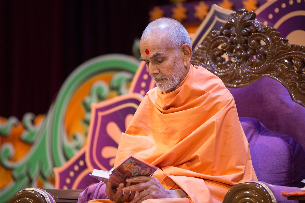 Swamishri reads the shikshapatri to conclude morning puja, 23 August 2017