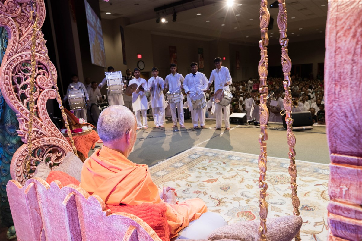 Youths welcome Swamishri to the evening assembly, 23 August 2017