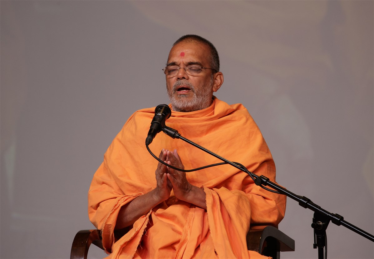 Pujya Narayanmunidas Swami addresses the assembly