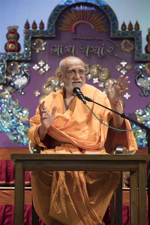 Pujya Atmaswaroopdas Swami addresses the assembly